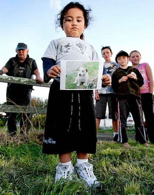 Những đứa trẻ sống sót tưởng niệm chú chó George