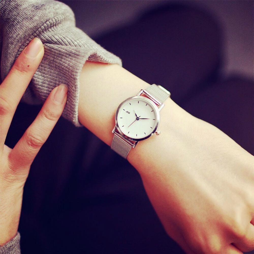 Những chiếc đồng hồ đơn giản sẽ phù hợp hơn với trang phục cơ bản hằng ngày
