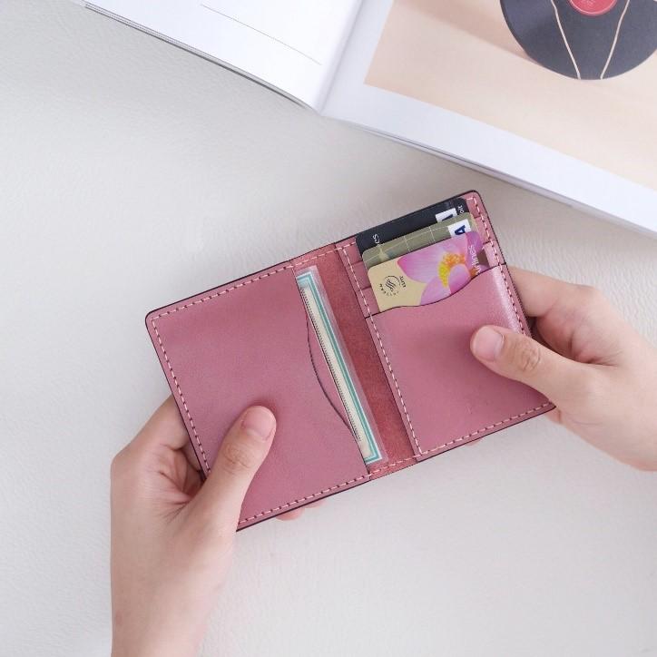 Một chiếc ví card, ví mini có thể đựng vừa các giấy tờ cần thiết hằng ngày của bạn